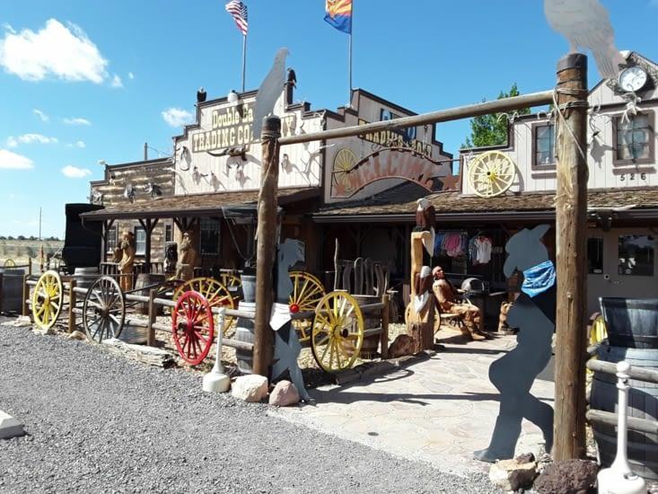 Sur la route on découvre cette petite boutique tenu par un indien