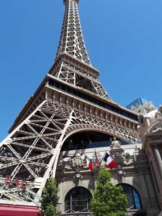 Et nous voila dans le quartier de Paris son hôtel , ses boutiques , ses restaurants