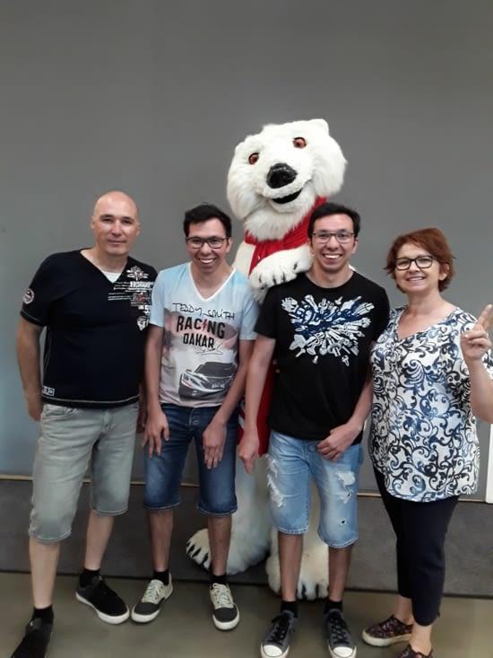 Pause avec la mascotte de la marque ....... L ours polaire