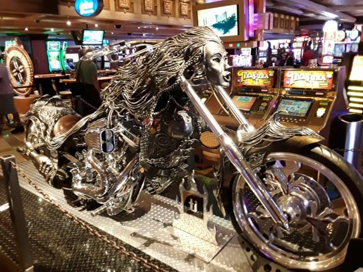 Une superbe Harley en déco dans le casino de l hôtel du treasure island