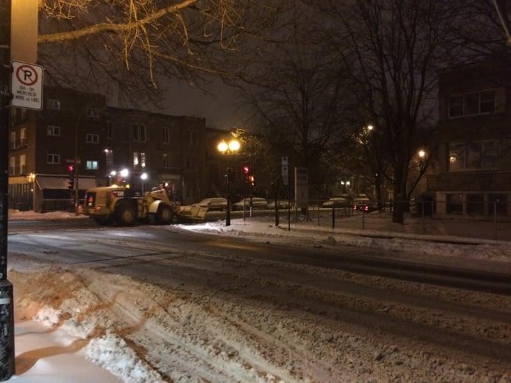 Chargeur travaillant de nuit dans les rues résidentielles de Montréal