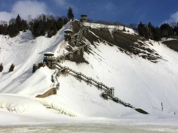 L'escalier permettant d'accéder au pied de la chute
