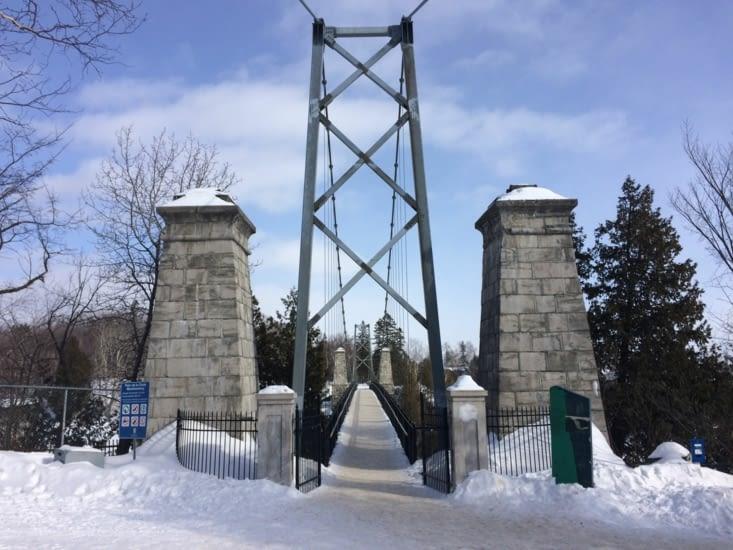 L'un des deux accès au pont suspendu surplombant la chute
