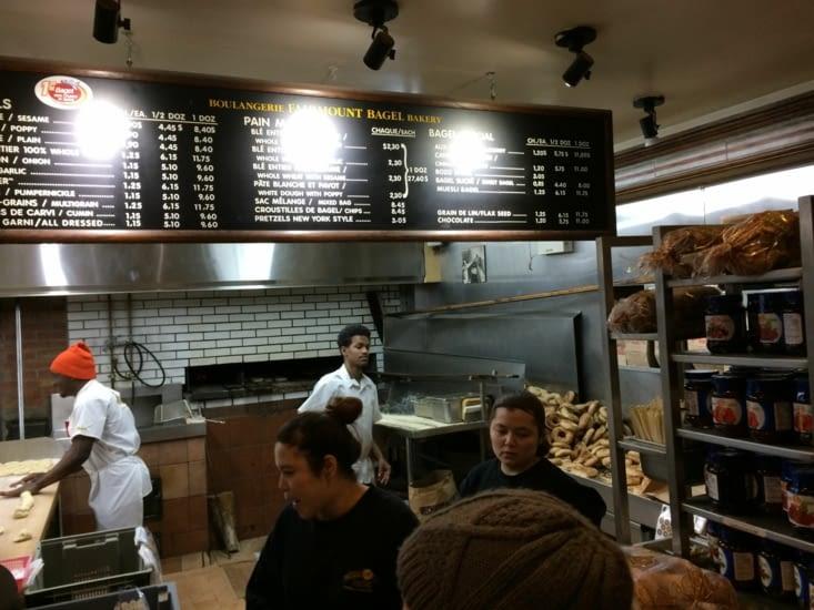 Derrière le comptoir de la boulangerie Fairmount Bagel