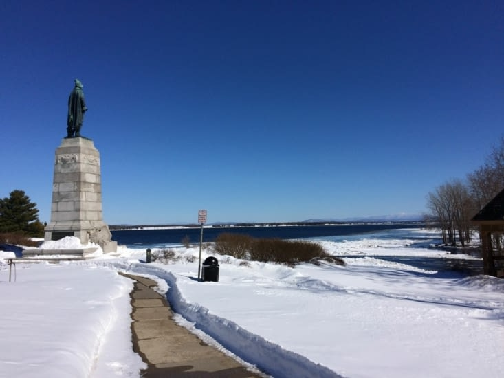 La statue de Samuel Champlain dominant le lac éponyme