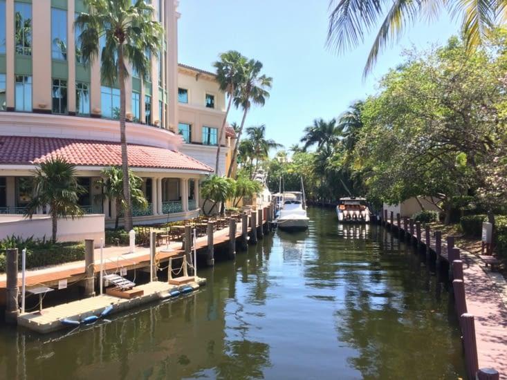 Modeste petit canal avec de modestes petits bateaux