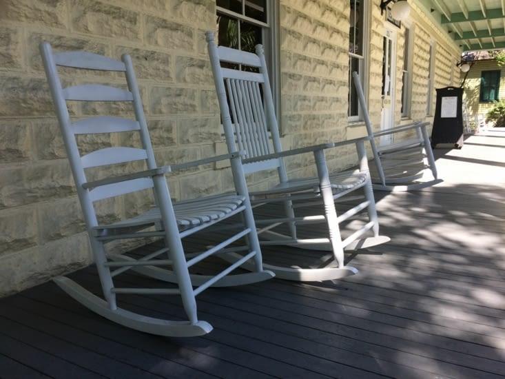 Rocking chairs à l'entrée du musée de l'Histoire