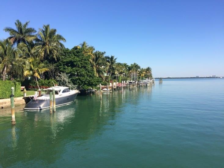 De l'eau. Des villas. Des bateaux.