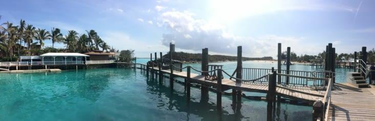 L'enclos à dauphin à gauche, le lagon à droite
