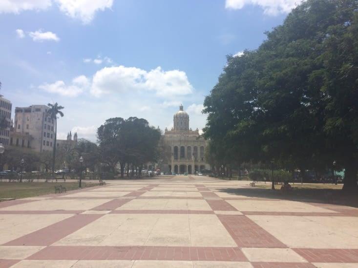 Le Musée de la Révolution, vue depuis la place du 13 mars