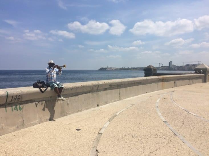 Un trompettiste sur le Malecón