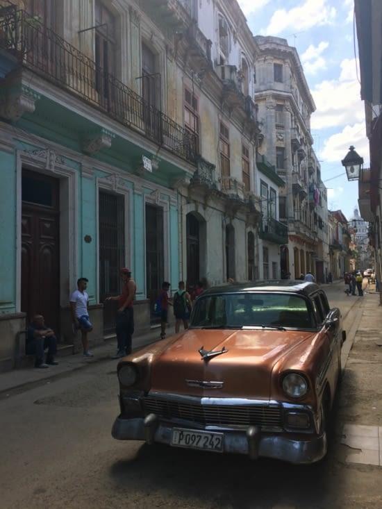 Une vieille Chevrolet dans une rue de La Havane