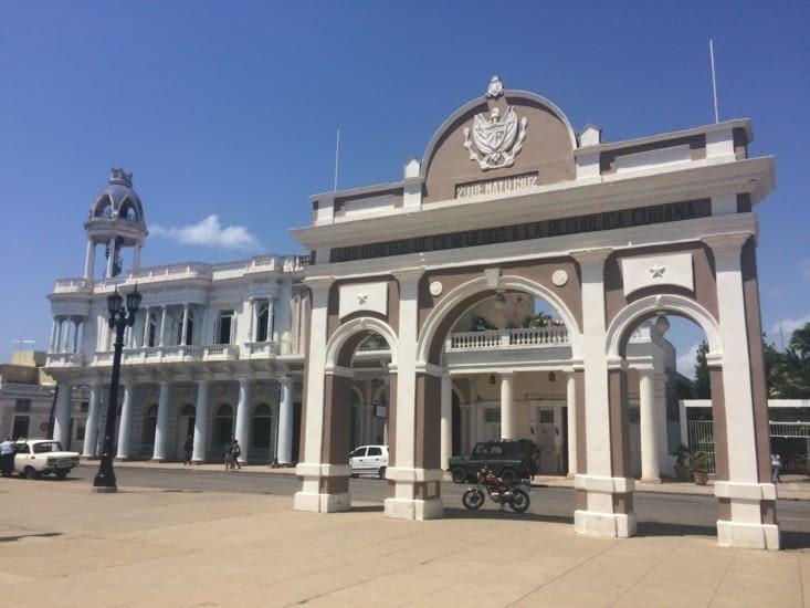 L'Arc de Triomphe et la maison de la culture Benjamin Duarte