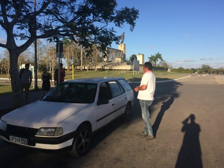Rutilante 405 break, pour rallier La Havane depuis Santa Clara