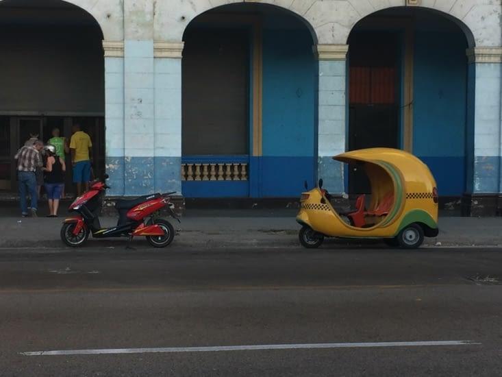 Un Coco-Taxi dans une rue de la Havane