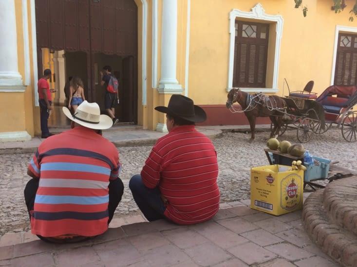 Cubains faisant face au couvent San Francísco de Asís