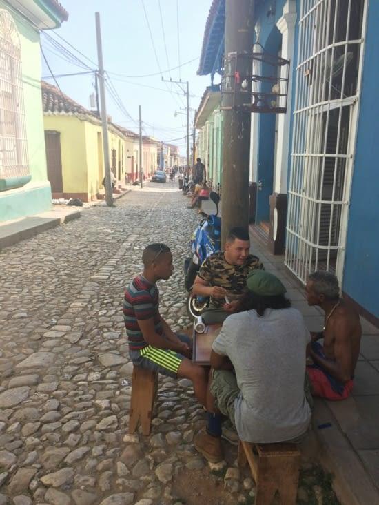 Joueurs de dominos dans une rue de Trinidad