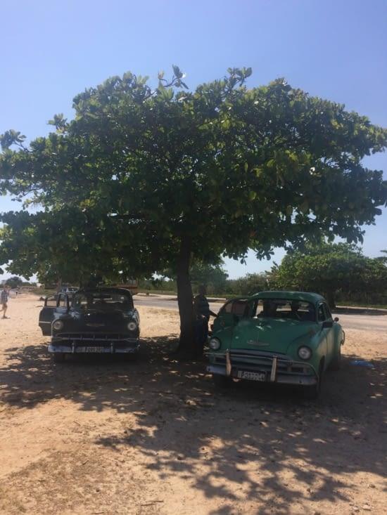 Notre taxi, à droite, qui nous a attendus toute la journée…