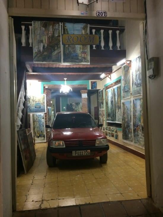 Une Peugeot 205 garée dans une galerie d'art