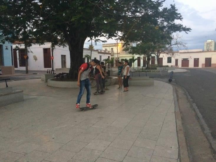 De jeunes cubains faisant du skateboard sur la place José Marti