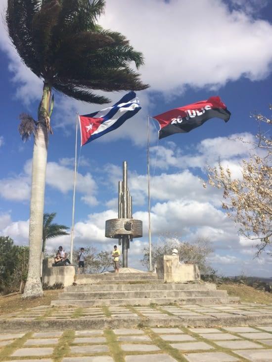 Le monument situé en haut de la colline del Capiro