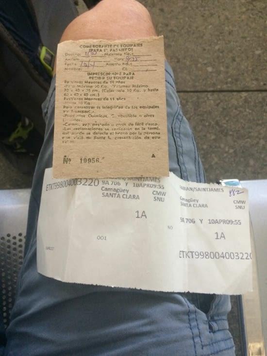 Reçu pour le bagage et ticket de bus. À l'ancienne !