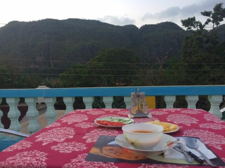 Repas avec vue sur les montagnes, depuis le toit de la casa