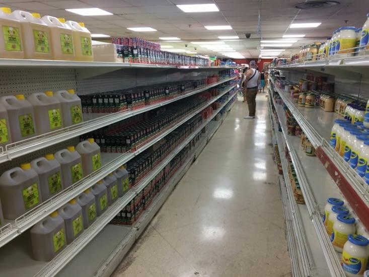 Les rayons d'un supermarché à La Havane