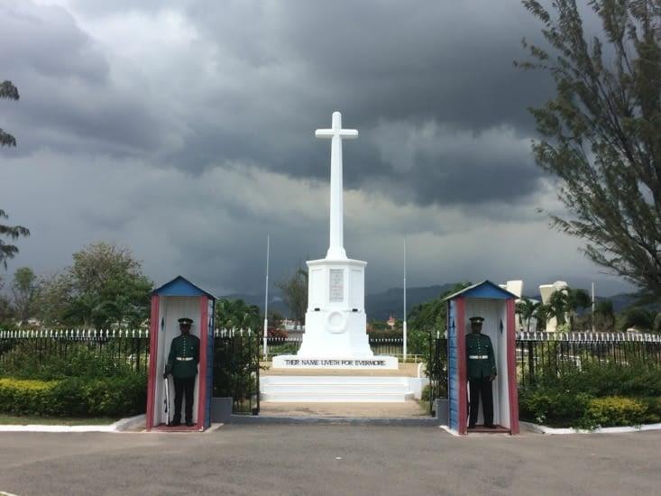 La garde devant l'un des monuments du National Heroes Park