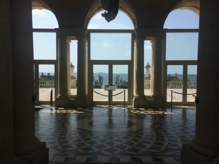 Vue sur l'océan depuis l'un des halls de la villa