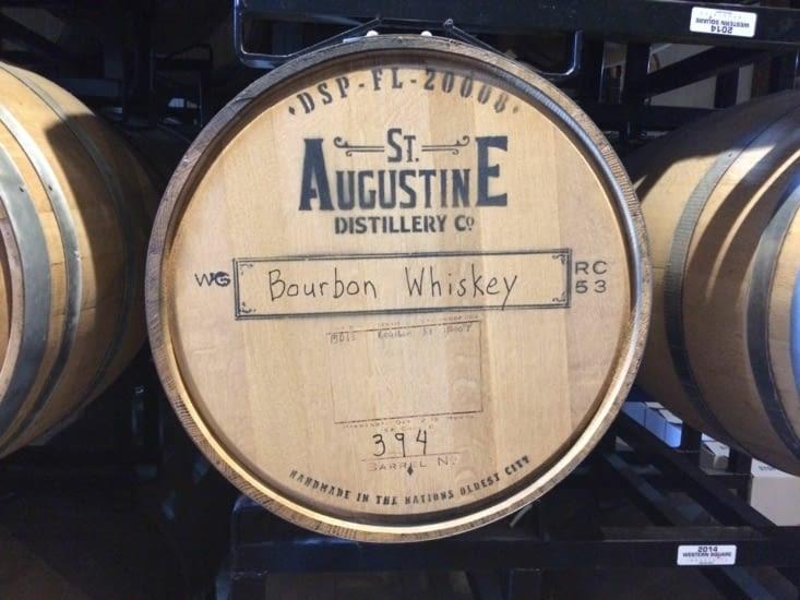Un fût de bourbon dans la distillerie St. Augustine