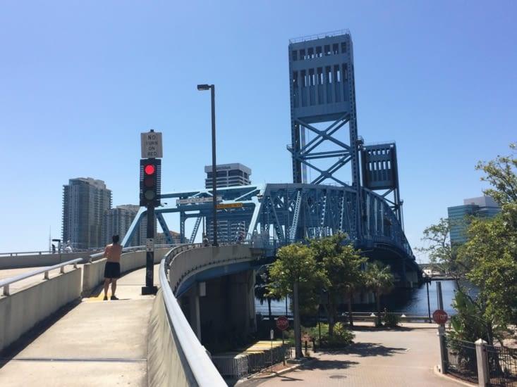 Le Main Street Bridge, officiellement le John T. Alsop Jr. Bridge