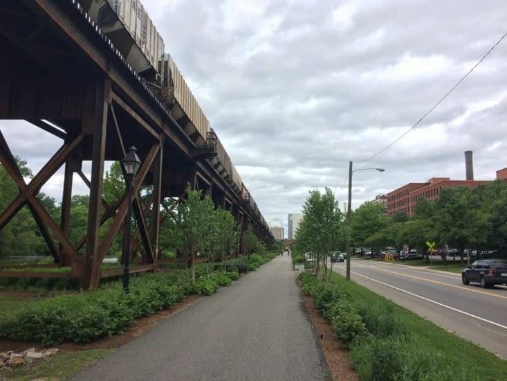 Train de marchandises traversant Richmond