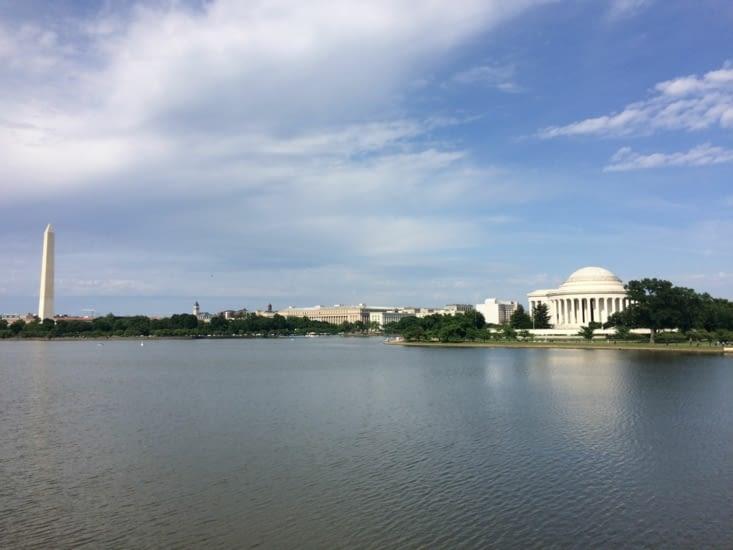 À gauche le Washington Monument. À droit le Jefferson Memorial.