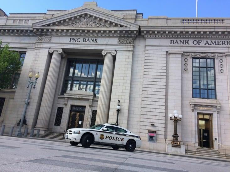 Devant la PNC Bank