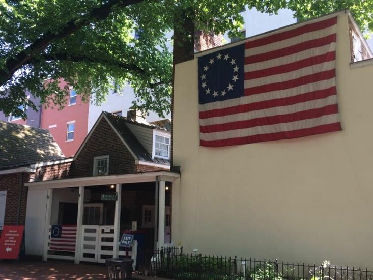 Le premier drapeau à 13 étoiles
