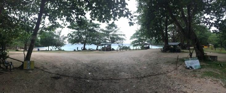Vue panoramique sur l'entrée de la plage