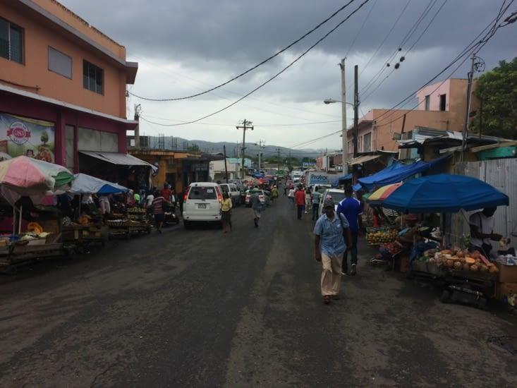Vendeurs ambulants dans les rues de Montego Bay