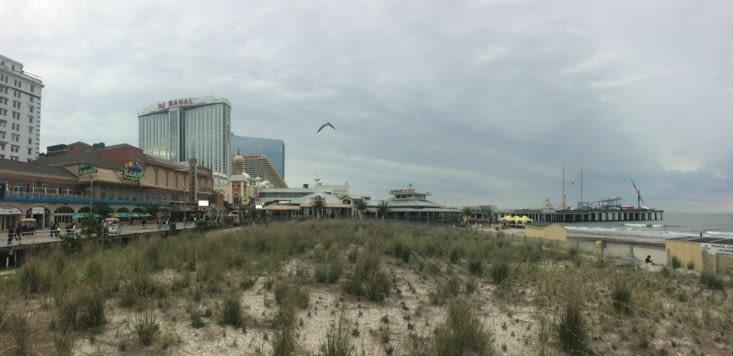 À gauche, la promenade, à droite, le parc d'attractions Steel Pier