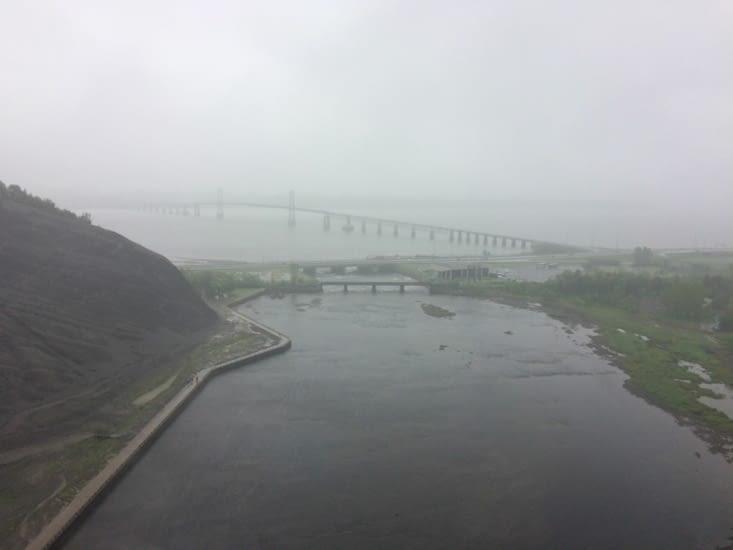 Vue bouchée sur le fleuve Saint-Laurent depuis la chute