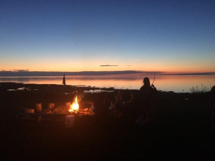 Feu de camp au coucher du soleil