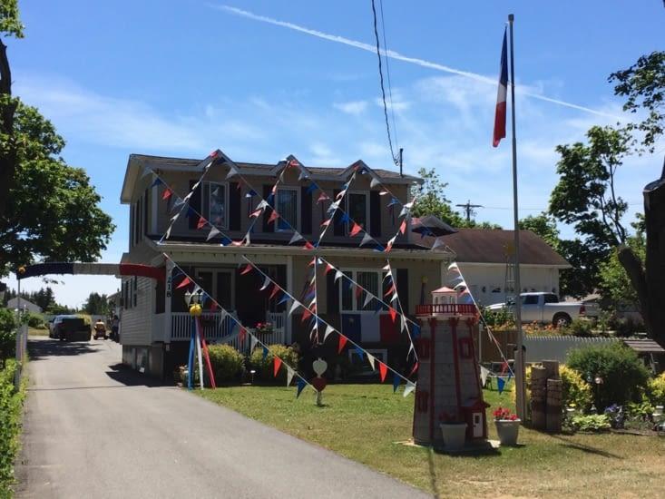 Une maison décorée aux couleurs de l'Acadie - Caraquet