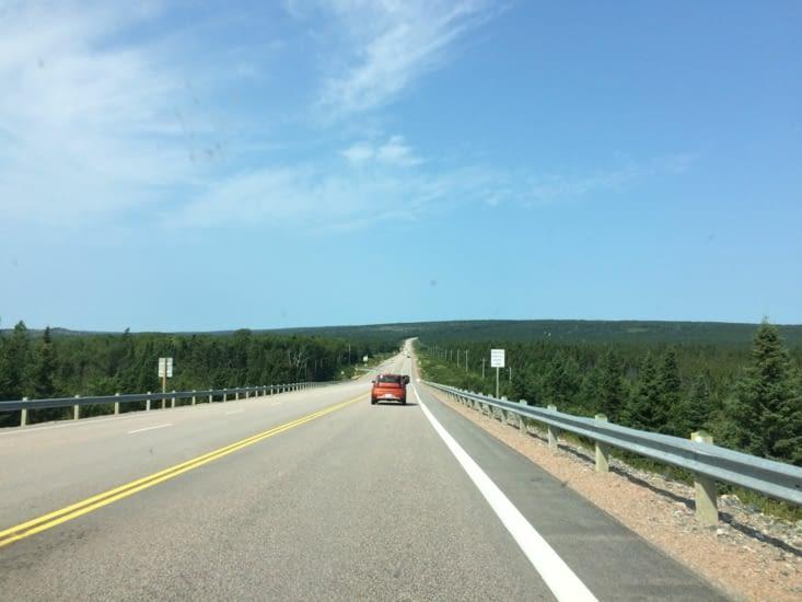 Les routes à Terre-Neuve sont souvent longues et monotones