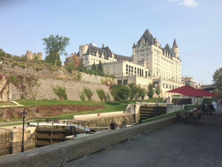 Le canal Rideau au pied du Château Laurier