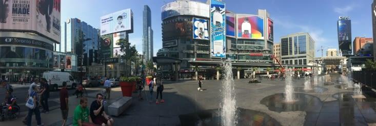 Vue panoramique sur la place Yonge-Dundas Square