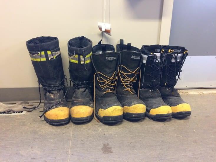 À gauche, des bottes prévues pour supporter des températures allant jusque -100 °C !