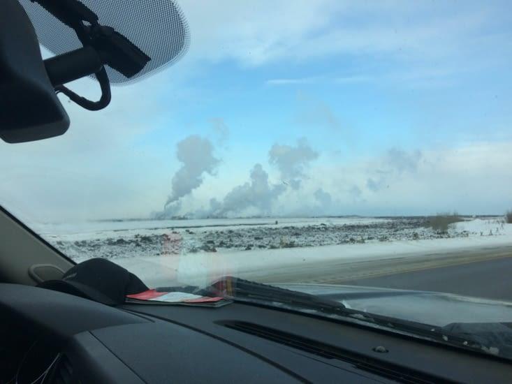 À quelques kilomètres de Fort McMurray, les fumées des raffineries