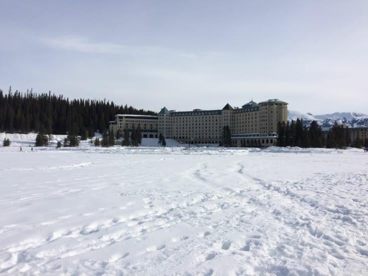 L'hôtel qui fait face au lac