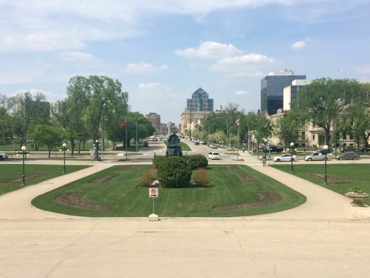 Vue depuis l'entrée principale du palais législatif du Manitoba