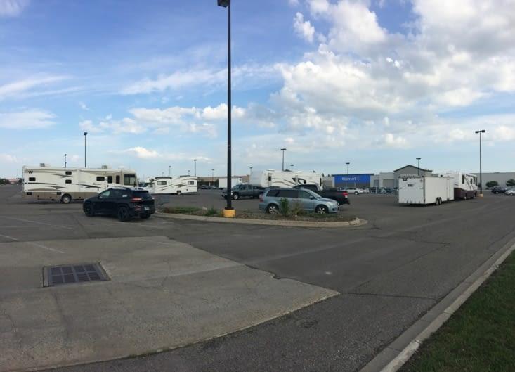 Des camping-cars sur un parking Walmart